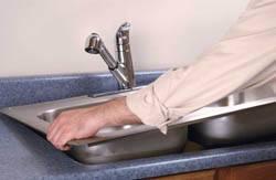 Сантехник в Новоалтайске. Услуги сантехника – установка раковины на кухне. город Новоалтайск